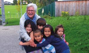 Bild: Wilfried Zapfel. Edith Zapfel mit Kindern der Asylwerber